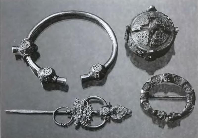 Репродукции предметов личного обихода викингов в Центре посещений в лАнс-о-Медоуз, в состав которых входят булавки для плащей и браслеты. Не так уж много подлинных артефактов сохранилось в местах оригинальных поселений